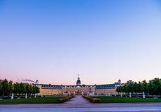 Slott Karlsruhe i en höstmorgon arkivfoto