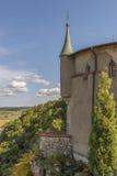 Slott Lichtenstein - hjälpbyggnad med tornet och sikt in i dalen Arkivbilder