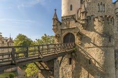 Slott Lichtenstein med den ingångsporten och klaffbron Arkivfoton