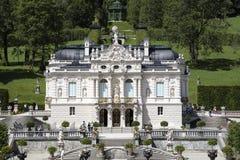 Slott Linderhof i de bayerska fjällängarna Arkivfoton