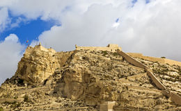 Slott med cloudscape i Alicante, Spanien Arkivfoton