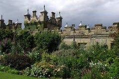 Slott med trädgården i Skottland. Royaltyfria Bilder