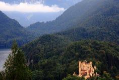 Slott mellan berg Royaltyfria Bilder