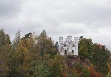 slott Monrepos på en vagga i Vyborg Arkivfoton