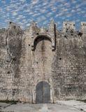 Slott och blå himmel Stad av Trogir Arkivbild