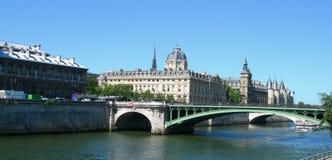 Slott och bro över Seine i Paris Royaltyfri Foto