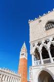 Slott och Campanile för doge` s i Venedig Royaltyfria Bilder