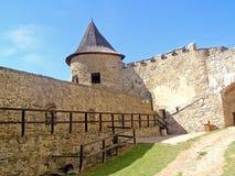 Slott- och defensivväggar av det historiska fortet Arkivfoto