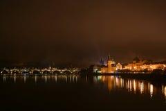 Slott- och för St Vitus domkyrka i Prague på natten, Tjeckien Royaltyfri Foto