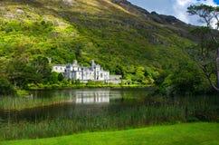 Slott- och klosterKylemore abbotskloster i Irland Arkivfoto