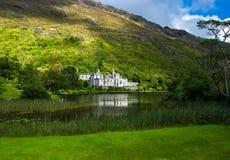 Slott- och klosterKylemore abbotskloster i Irland Royaltyfri Fotografi