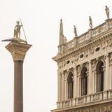 Slott och kolonn för doge` s på fyrkanten för St Mark ` s, Venedig, Italien Royaltyfri Bild