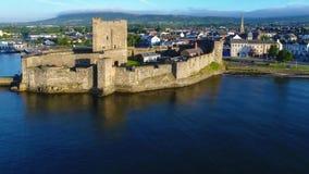Slott och marina i Carrickfergus nära Belfast som är nordlig - Irland arkivfilmer