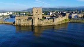 Slott och marina i Carrickfergus nära Belfast som är nordlig - Irland, UK arkivfilmer