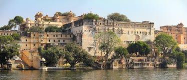 Slott och sjö i Udaipur Indien Arkivbild