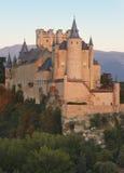 Slott och träd på solnedgången i Segovia Alcazar Royaltyfria Bilder