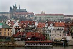 Slott ovanför floden Vltava, Prague Arkivfoton