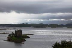 Slott på ön nära Oban, Skottland arkivbild