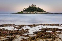Slott på en ö på skymning Arkivbilder