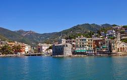 Slott-på--hav (Castello sulsto, 1551) och Rapallo stad. Italien Royaltyfri Foto