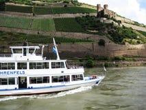 Slott på kullen royaltyfria bilder