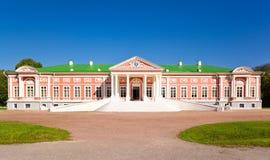 Slott på museum-godset Kuskovo Royaltyfria Bilder