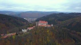 Slott Pernstejn i Tjeckien - flyg- sikt stock video