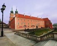 Slott Röd byggnad med en trädgård fotografering för bildbyråer