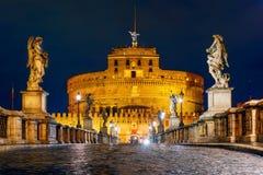Slott Sant Angelo och bro på natten i Rome, Italien royaltyfri foto