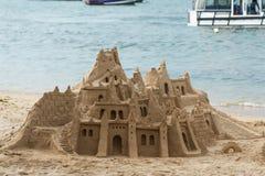 Slott som göras av sand på stranden Arkivfoton