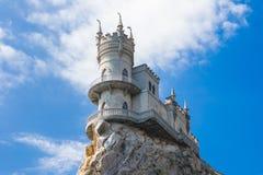 slott som vets nära svalawellen yalta för rede s Gaspra crimea field treen Arkivbilder