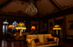 Slott tända barocka lampor, tappningvardagsrumtak, gammalmodig inre Arkivbilder