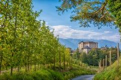 Slott Thun, Trentino Alt-Adige Slotten lokaliseras i kommunen av tonen i den lägre Val di Non, Trentino Alto Adige, Italien royaltyfria bilder