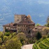 Slott Thurnstein inom ett grönt landskap Tirol by, landskap Bolzano, s?dra Tyrol, Italien arkivbild