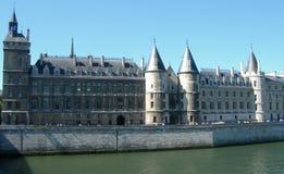 Slott tillsammans med Seine i Paris Arkivbilder