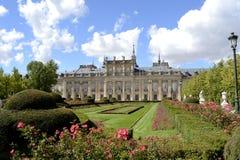 Slott, trädgård och blommor i förgrund Royaltyfria Foton