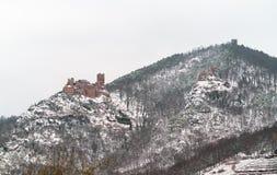 Slottar av helgonet Ulrich, Girsberg och Haut-Ribeaupierre i de Vosges bergen nära Ribeauville alsace france Royaltyfri Foto