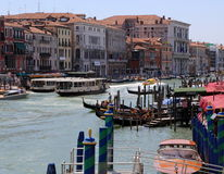 Slottar bredvid Grand Canal i Venedig Royaltyfria Bilder