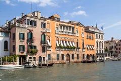 Slottar längs Grand Canal, Venedig, Italien Arkivbilder