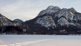 Slottar Neuschwanstein och Hohenschwangau på solnedgången stock video