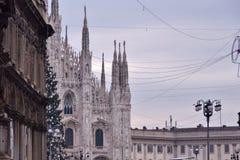 Slottar och fasad av Milan Cathedral Royaltyfria Bilder