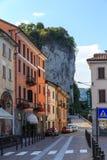 Slottar och gator av staden av Arona på sjön Maggiore Arkivbilder
