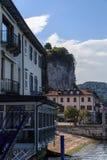 Slottar och gator av staden av Arona på sjön Maggiore Arkivfoto