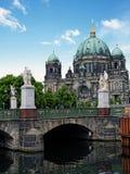 Slottbro (Schlossbruecke) och Berlin Cathedral Arkivfoton