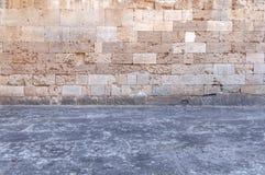 Slottcementgolv med det gula kvarteret för rughmodellsten Royaltyfri Foto