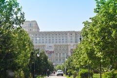 Slotten av det parlament- eller folks huset, Bucharest, Rum?nien Sikt fr?n Central Parktr?dg?rdarna Det st?rst royaltyfria foton