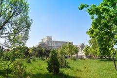 Slotten av det parlament- eller folks huset, Bucharest, Rum?nien Sikt fr?n Central Parktr?dg?rdarna Det st?rst fotografering för bildbyråer
