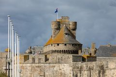 Slotten av hertiginnan Anne av Brittany i den walled staden inhyser stadshuset och museet av historia av staden arkivfoton