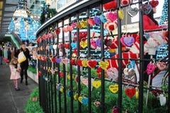 Slotten av hjärtan på staketet royaltyfri bild