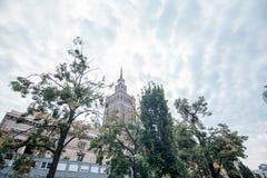 Slotten av kultur och vetenskap i Warszawa, Polen till och med träden Arkivbild